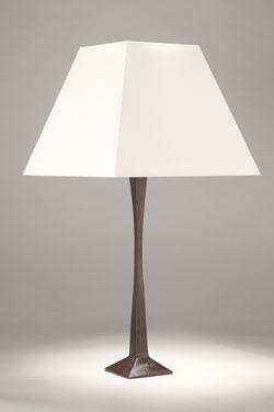 Lampe de table pied en bronze massif noir patiné Nina. Objet insolite.