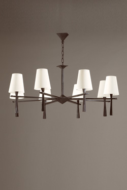 Lustre 8 lumières design épuré en bronze Pablo. Objet insolite.