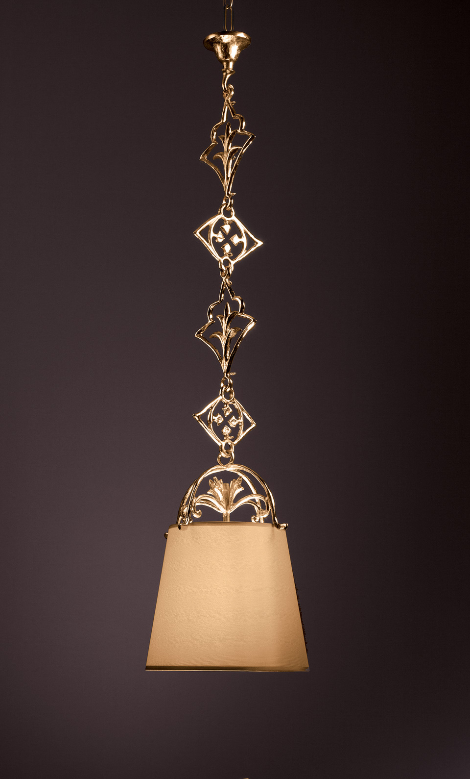 Pendant with gilded scrolls Verone. Objet insolite.