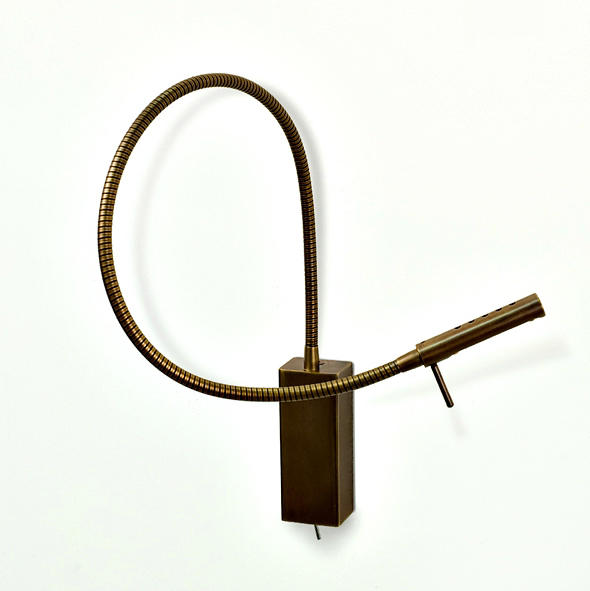 Applique de chevet sur flexible en laiton antique. Oma Illuminazione.