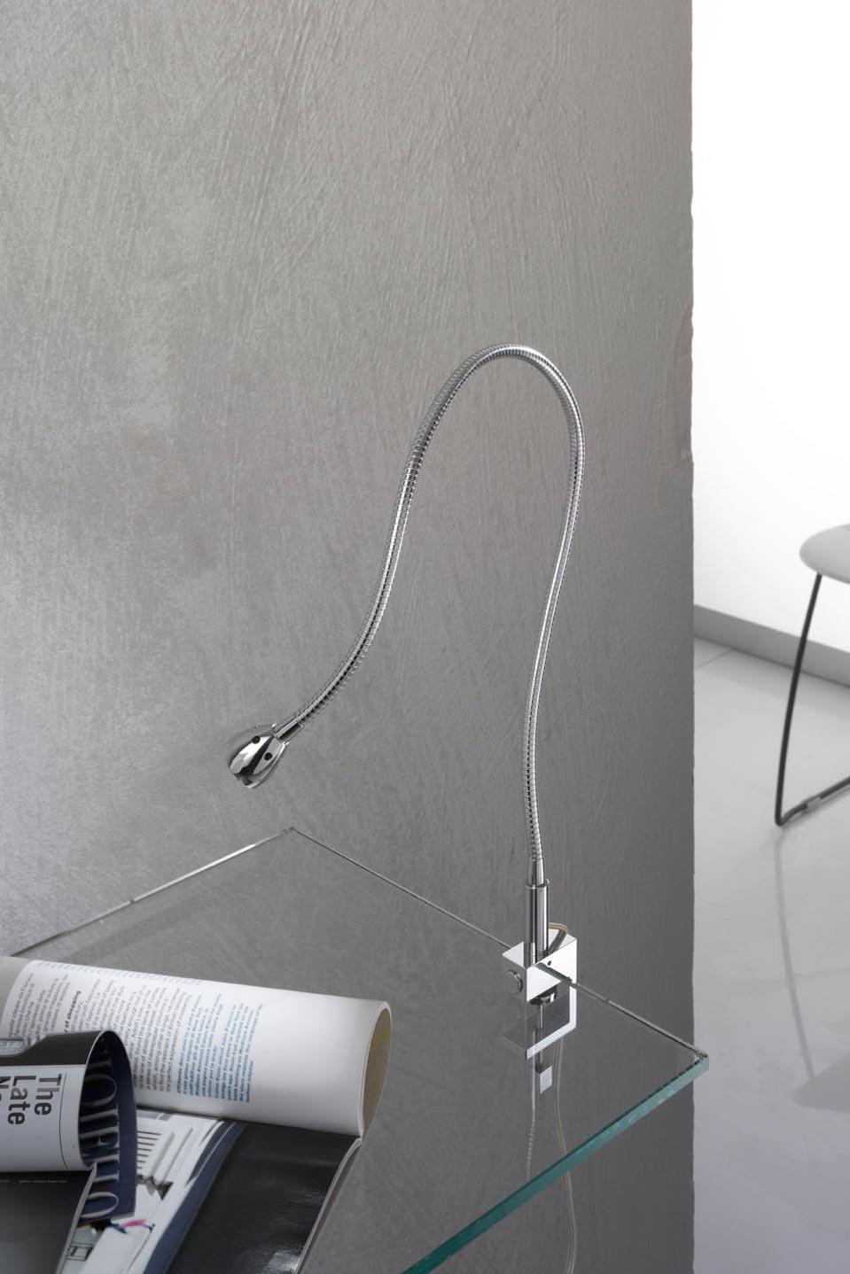 Lampe de bureau chromée sur flexible support étau. Oma Illuminazione.