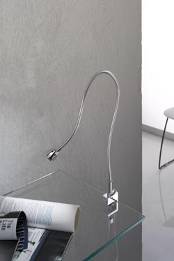 Lampe de bureau chromée sur flexible support étau. Oma Illuminazione.