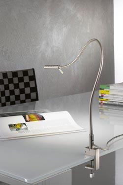 Lampe de bureau sur flexible nickel satiné support étau. Oma Illuminazione.