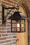 Applique lanterne suspendue en fer forgé patiné pour l'extérieur. Robers.