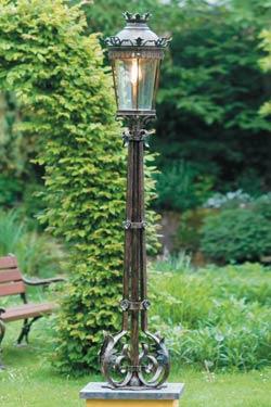 grand lampadaire en fer forg pour l 39 ext rieur de style classique fabriqu par les forges. Black Bedroom Furniture Sets. Home Design Ideas