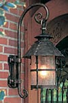 Grande lanterne extérieur en applique à chapeau conique . Robers.