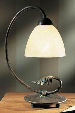 Lampe en fer forgé et verrerie opale. Robers.