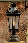 Lampe en fer forgé patiné motif écussons et diadème. Robers.