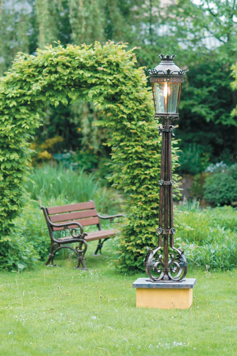Grand lampadaire en fer forg pour l 39 ext rieur de style - Lampadaire fer forge interieur ...