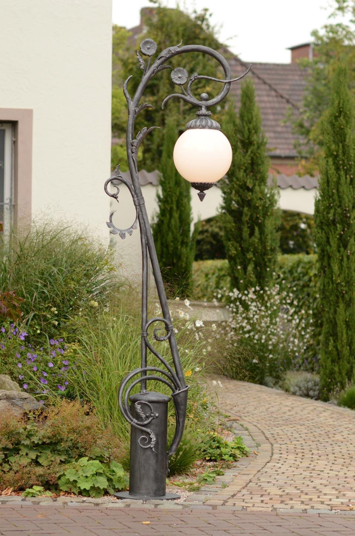 Lampadaire art nouveau en fer forg fabriqu par les for Lampadaire exterieur sur pied
