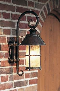 Lanterne extérieur en applique à chapeau conique . Robers.