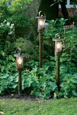 Petite lampe d 39 ext rieur lutin en fer forg fabriqu par for Petite lampe exterieur