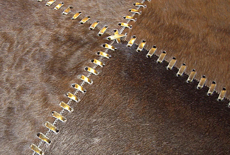 tapis marron en peau buenos aires 120x180 par santelmo le sp cialiste du tapis en peau r f. Black Bedroom Furniture Sets. Home Design Ideas