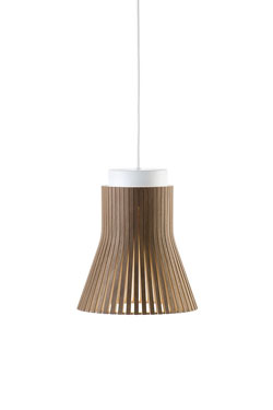 Suspension de la collection Petite en noyer. Secto Design.