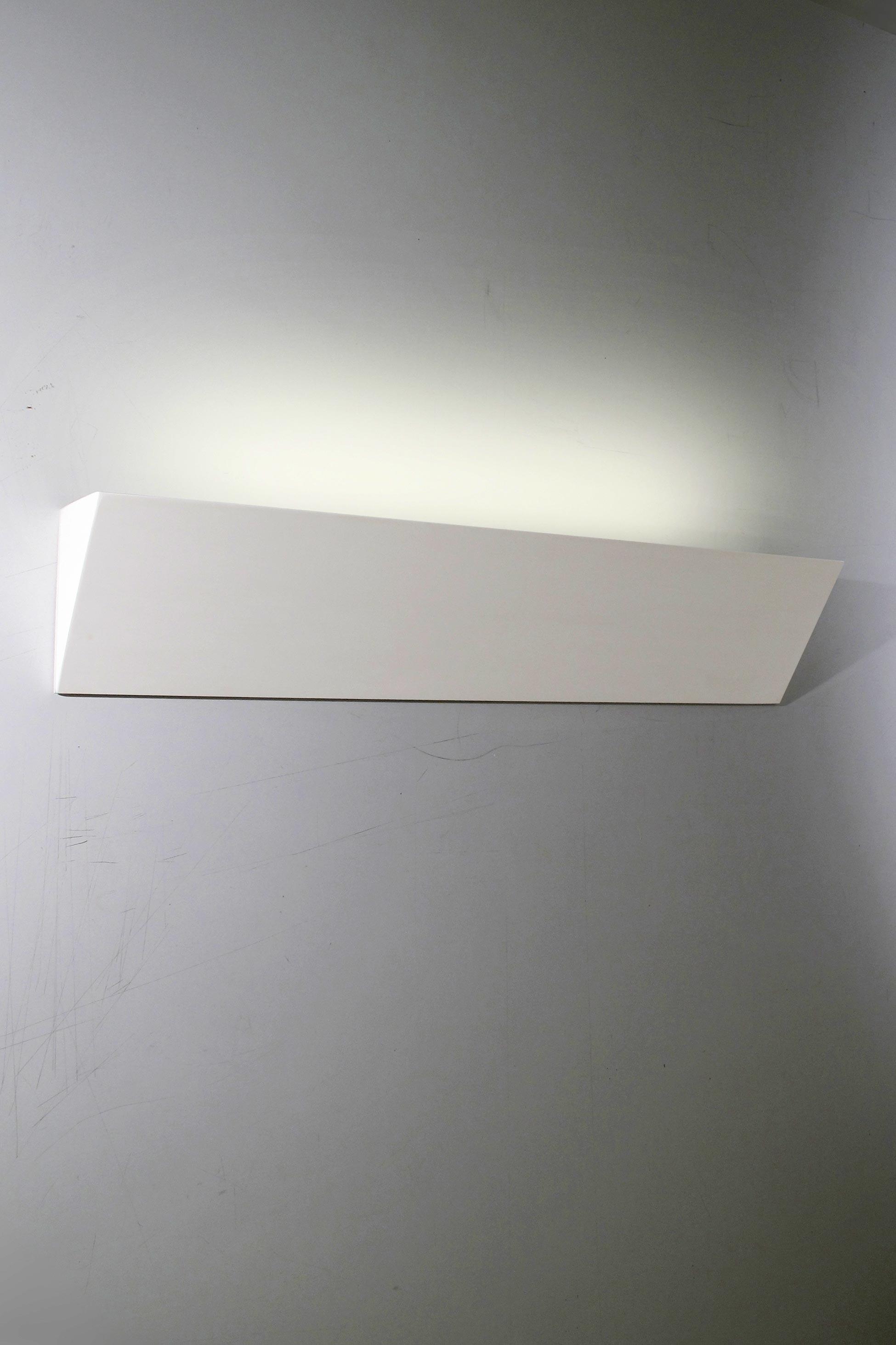 Applique Pli 60 en dièdre de plâtre naturel blanc 64cm. Sedap.