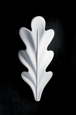 Chêne applique en plâtre blanc en forme de feuille de chêne. Sedap.