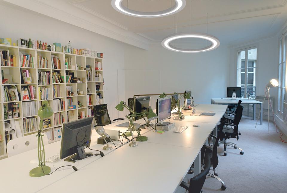 grande suspension blanche anneau en pl tre et clairage. Black Bedroom Furniture Sets. Home Design Ideas