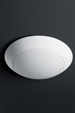 Plafonnier futuriste en plâtre blanc et verre dépoli blanc. Sedap.