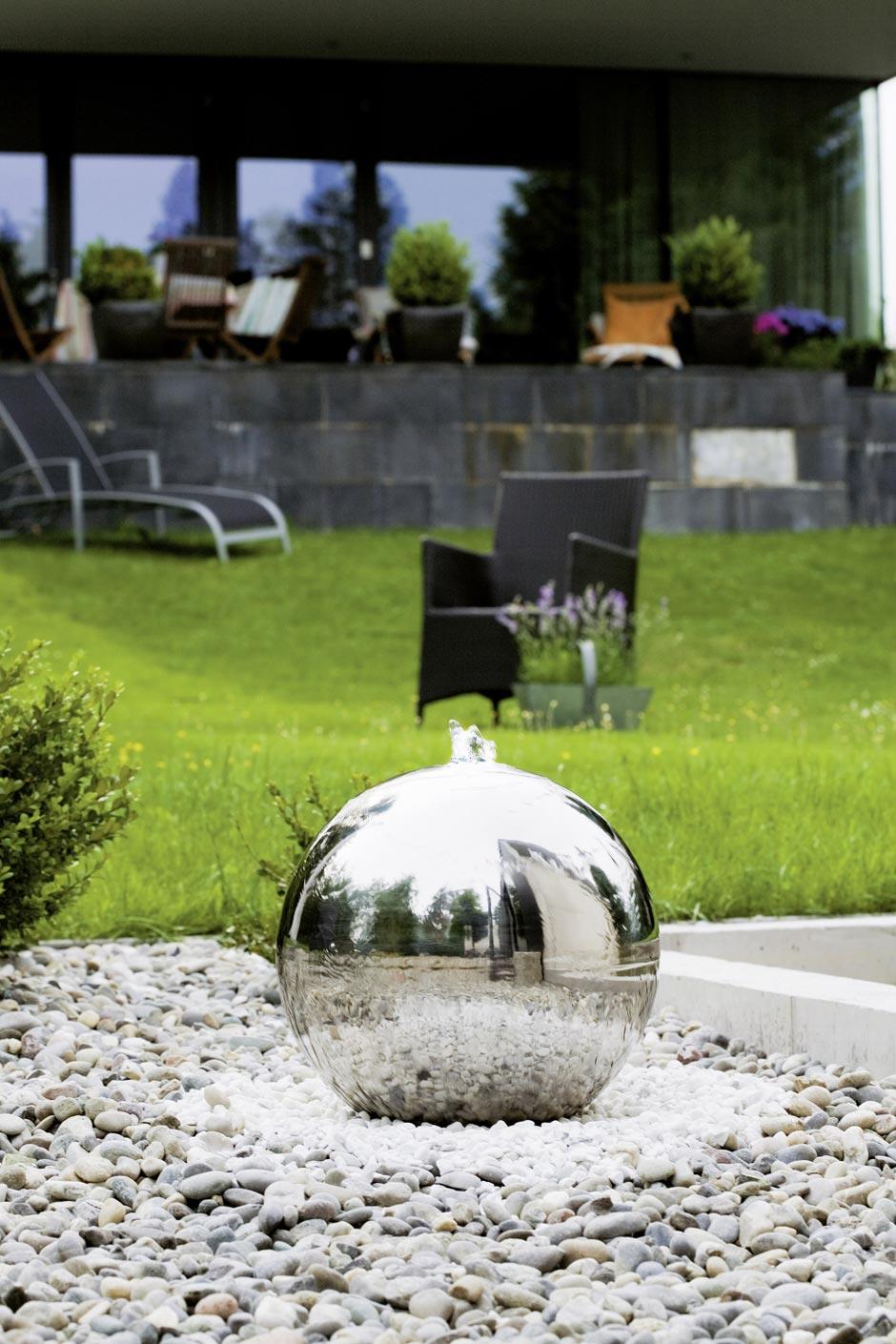 Fontaine pour le jardin ronde en inox forme bac à enterrer sphère diamètre  50cm sur gravillons