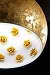 Atlas Roses suspension globe doré en céramique décoré de roses. Munari par Stylnove Ceramiche.