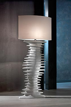 Traccia lampadaire en céramique finition blanc mat. Munari par Stylnove Ceramiche.