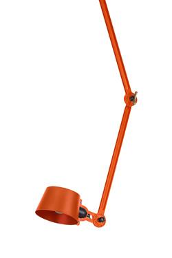 Plafonnier articulé à double bras en métal orange Bolt. Tonone.