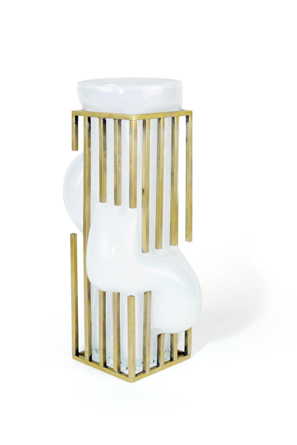 Vase haut Freedom en verre soufflé opale blanc. Vanessa Mitrani.
