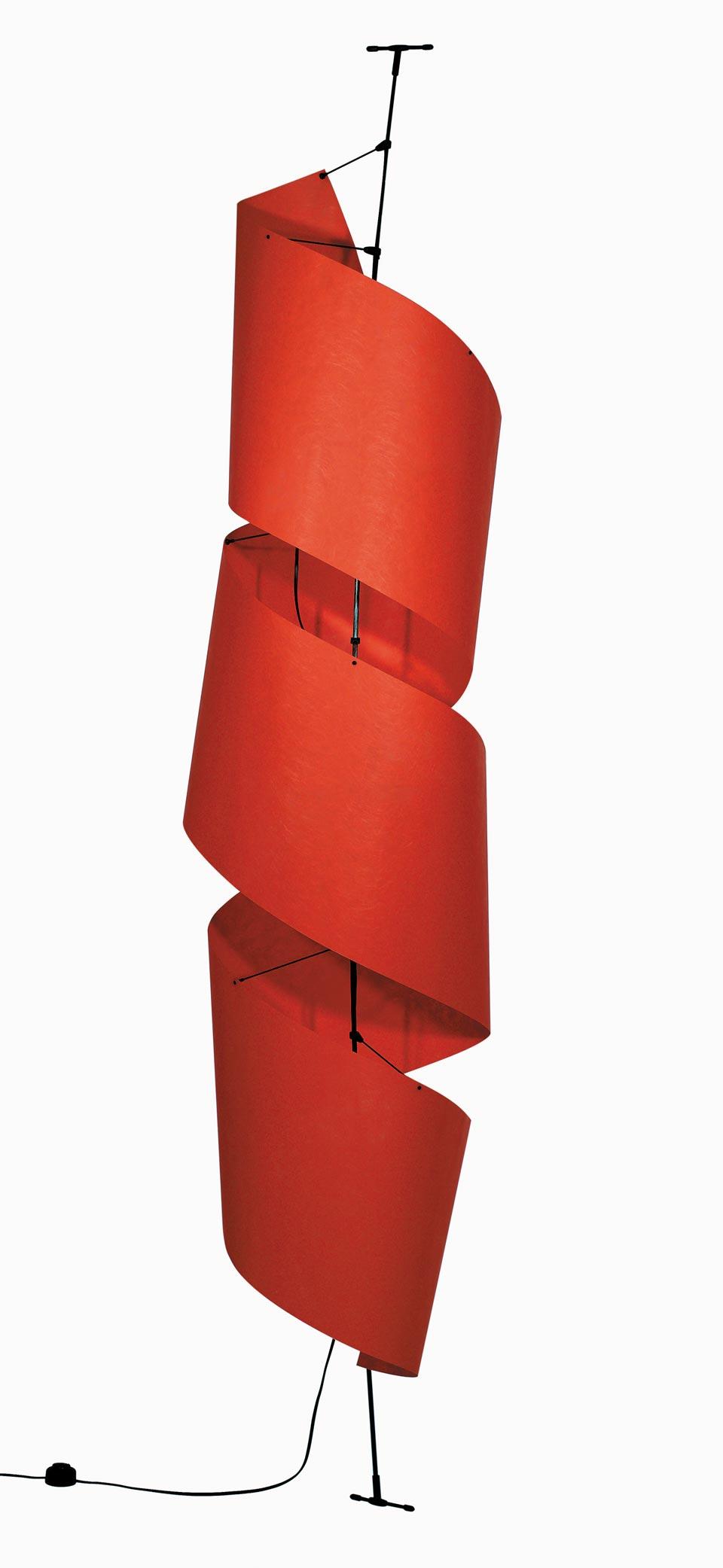 Lampadaire Spy rouge en papier non tissé. Vicky Weiler.