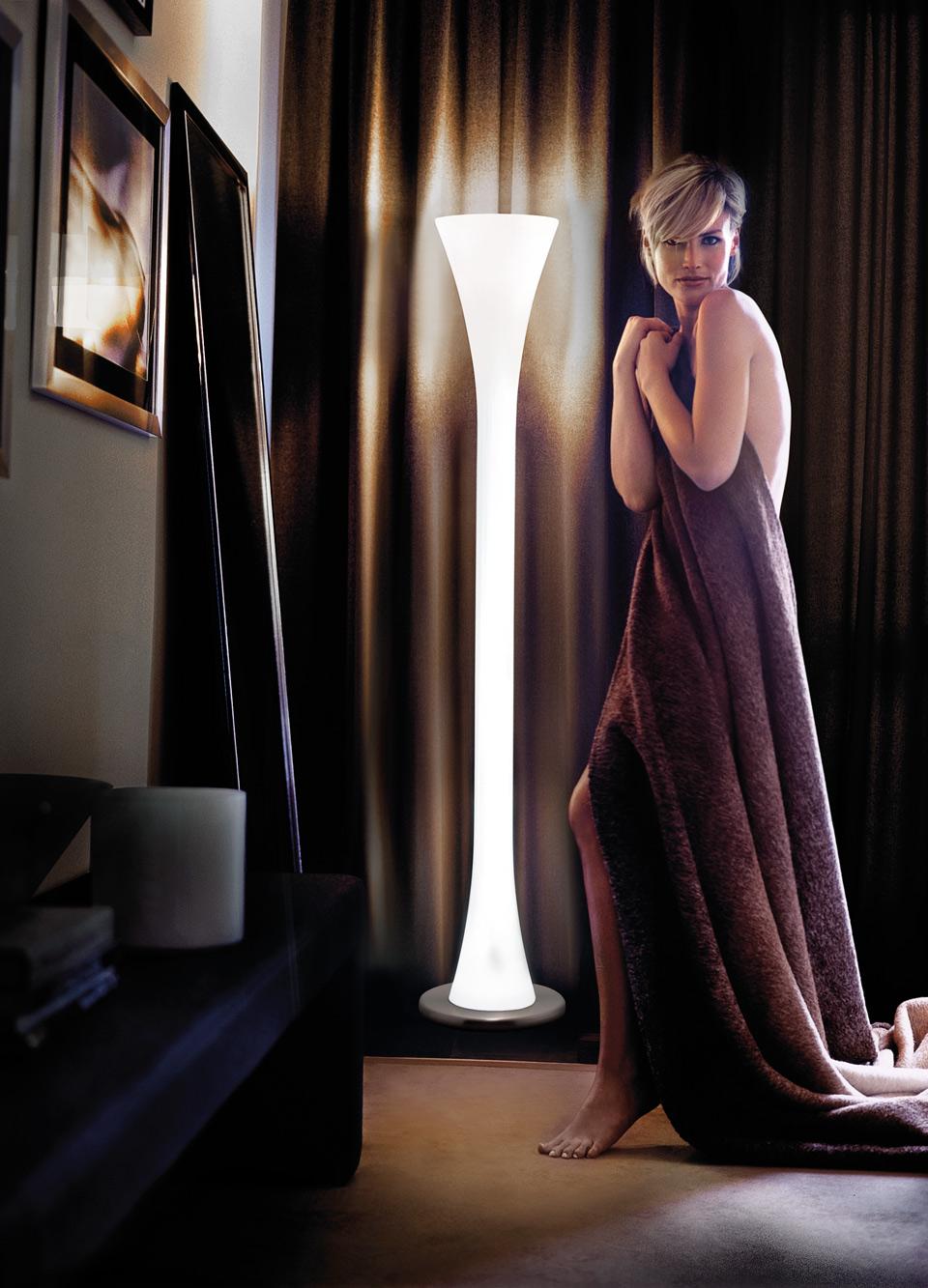 Lampadaire en verre blanc translucide sur toute sa hauteur deux éclairages Lepanto. Vistosi.
