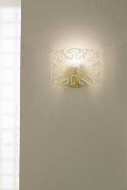 Petite applique Dogi en cristal de Murano transparente et acier doré. Vistosi.